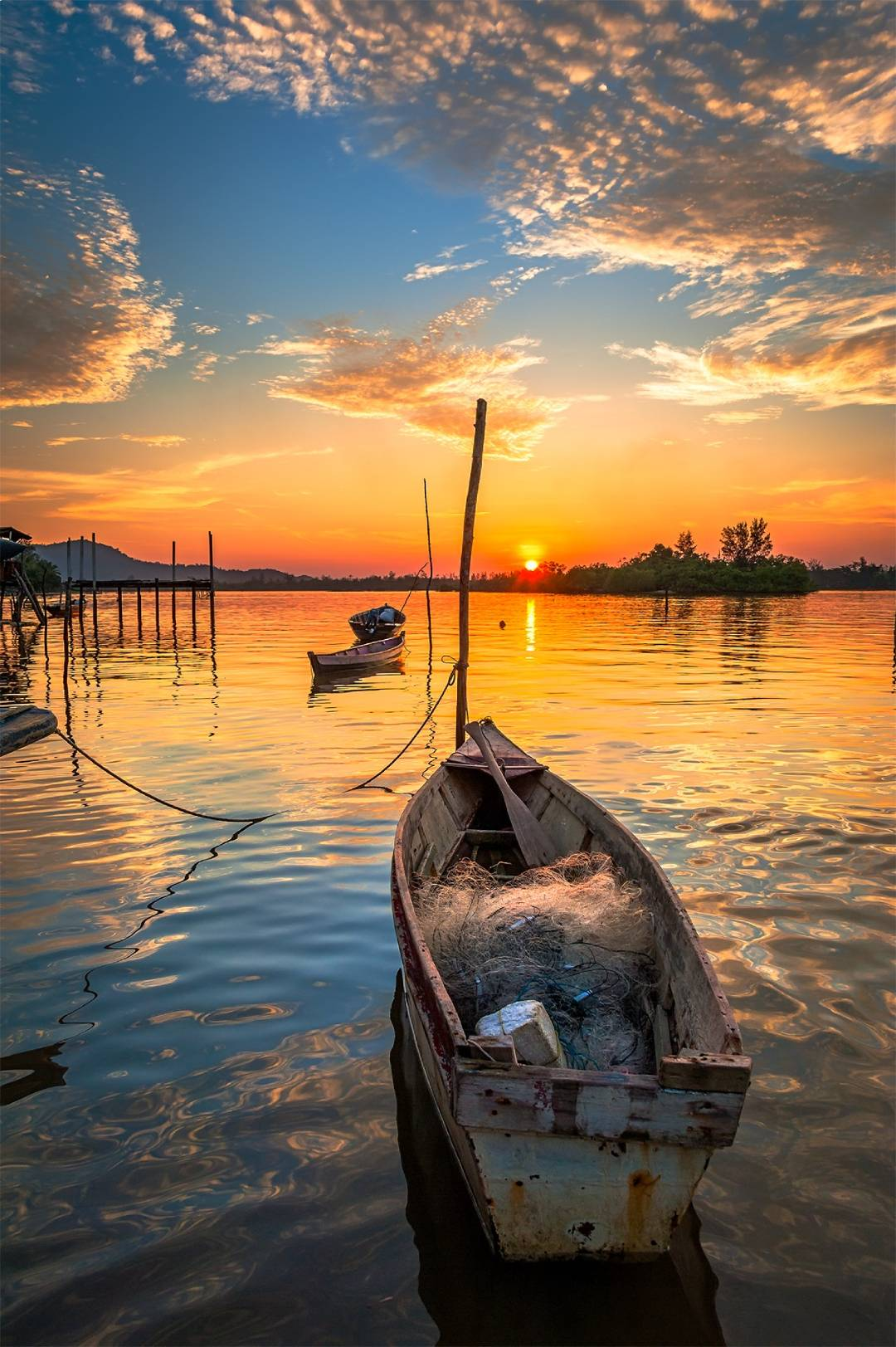 boat-overlooking-sunset