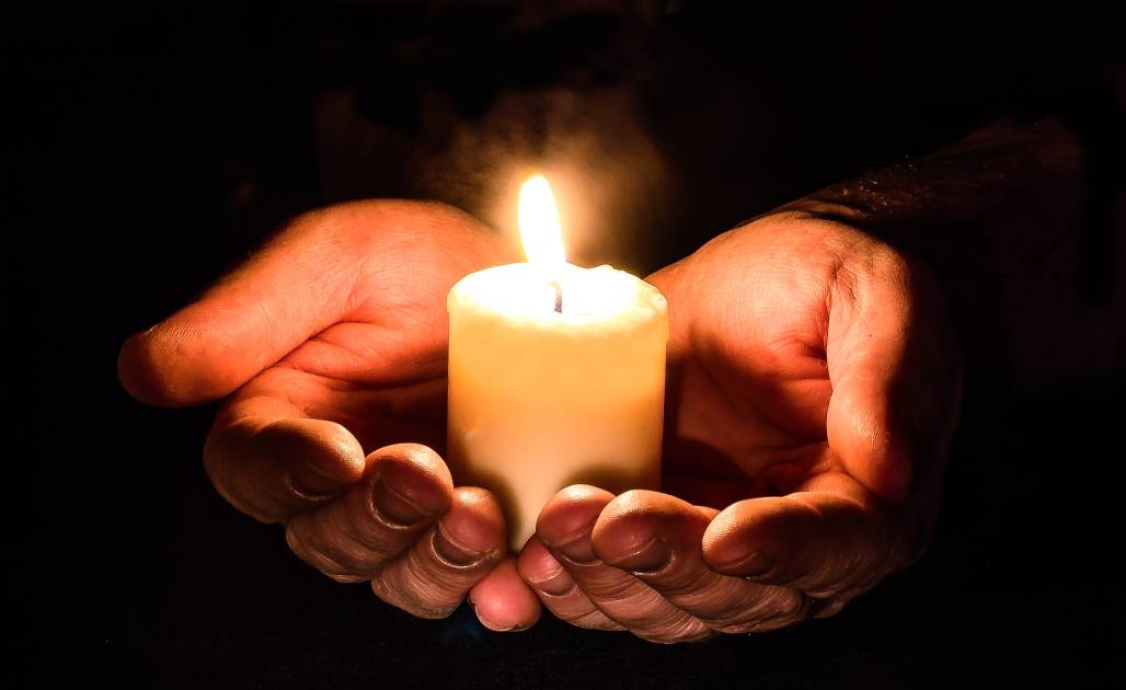 hands-holding-candle